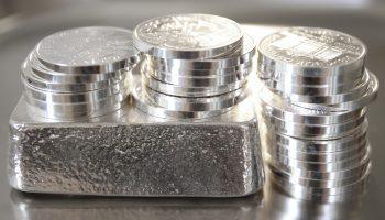 Silbermünzen und Silberbarren